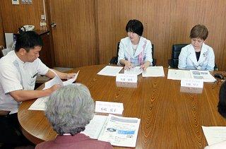 県女性海外セミナーの研修報告を行う正面左から大道夏代さん、上盛厚子さん=15日午後、庁議室