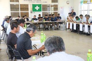 製糖計画に基づき、今期のサトウキビの生育状況などを確認する原料委員ら=16日午後、石垣島製糖