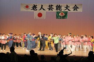 第40回八重山地区老人芸能大会を「モーヤー」で締めくくる出演者ら=25日午後、石垣市民会館大ホール