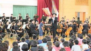 上原、西表、白浜の各小学校の児童が鑑賞した名古屋フィルハーモニー交響楽団の公演=13日、上原小学校体育館