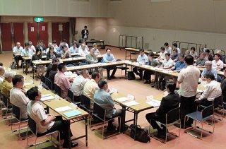 最終の第4回実行委員会で運営マニュアルなどを確認する委員ら=29日午後、市民会館中ホール
