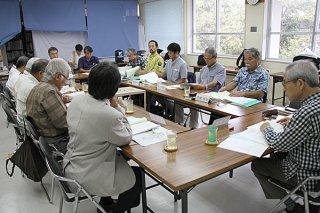 国の名勝川平湾と於茂登岳の保存活用計画策定について話し合う委員たち=5日午後、市教委2階ホール