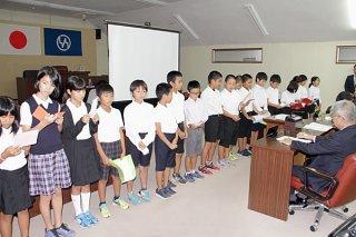 西表島の将来について提言する児童ら=7日午後、竹富町議会議場
