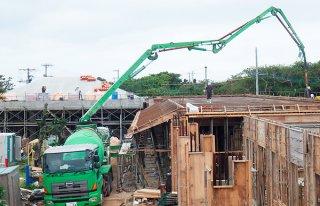工事が約2カ月遅れている鳩間小中学校新校舎の建設現場(竹富町教育委員会提供)=5日