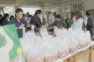 グリーンライフ科の菌床シイタケ栽培キットをはじめ、多彩な生産物が販売された八重山農林高校の生産物即売会=9日午前、同校