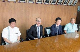 石垣島でのキャンプ日程を発表する横浜F・マリノスチーム統括本部チームオペレーションディレクターの袴田聖則氏(左から2人目)=11日午前、市役所庁議室
