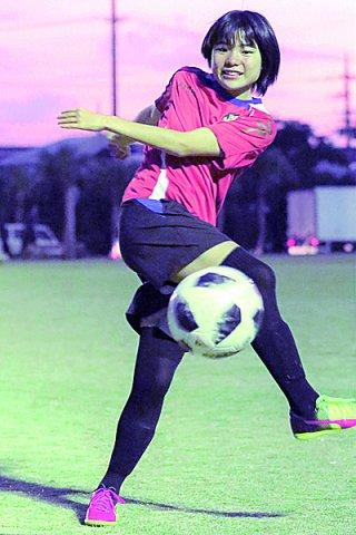女子日本サッカーのナショナルトレセンUー14バックアップメンバーに選出された新谷希乃風=11月30日夕、真栄里公園