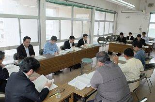 一般会計補正予算案に盛り込まれた県民投票費について審議する委員ら=13日午後、議員協議会室