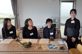 石垣市介護職向け移住体験ツアーの参加者。オリエンテーションで自己紹介を行う=14日午後、新川の「@てんきゅう舎」