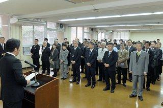 中山義隆市長のあいさつを聞く部課長ら=28日夕、市役所会議室