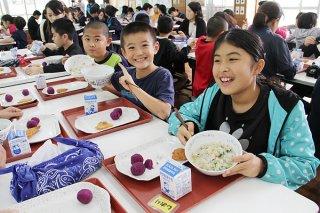 七草がゆを堪能する児童ら=7日午後、川平小中学校ランチルーム