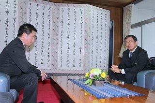 中山義隆市長に県民投票への協力を要請する謝花喜一郎副知事。面談は冒頭のみ公開された=11日午後6時ごろ、市長室