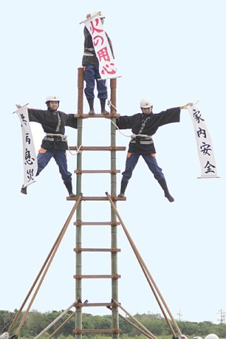 市消防団名物のはしご乗りで、火の用心、無病息災、家内安全を示す団員たち=13日午後、石垣市消防本部