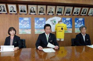 第17回石垣島マラソンの概要を発表する大会長の中山義隆市長(中)ら=16日午後、庁議室