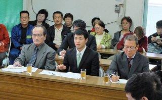 参考人として出席した石垣市住民投票を求める会の金城龍太郎代表と請求代表者ら。2月中の投票実施を要望した=21日午前、議員協議会室