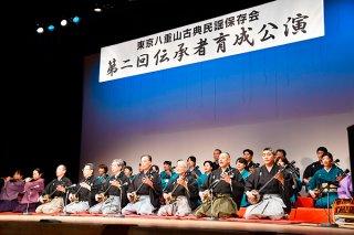 「いやり節」を歌う東京八重山古典民謡保存会の会員ら=26日、東京都北区の北とぴあ・つつじホール
