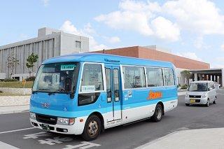八重山病院線で運行している29人乗りの小型バス=1月29日