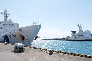 最大級の巡視船の配備が計画されている南ぬ浜町地先(写真中央奥)。手前は浜崎町の巡視船艇基地=1月31日午後