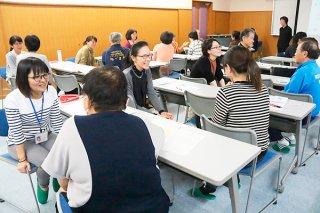 傾聴の実習で、隣の人の話に対して耳を傾ける参加者ら=2日午後、市健康福祉センター視聴覚室