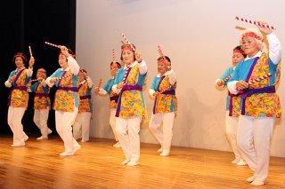 第17回石垣市生涯学習フェスティバルで踊りを披露する石垣市老人クラブ連合会健康体操民踊クラブ=3日午前、石垣市民会館中ホール