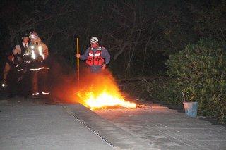 何らかの原因で燃えたごみ。石垣市消防本部が消し止めた=2日夜、舟蔵公園