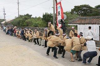 旧正月伝統行事の黒島大綱引き。昨年に続いて南(左)勝利した=5日午後、黒島伝統芸能館前