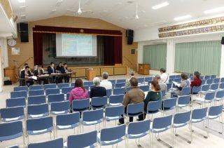 防衛省沖縄防衛局の「建設工事に伴う住民説明会」に出席した住民ら。工事の概要について説明を受ける