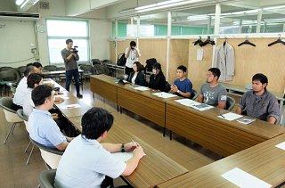 与党議員(左側)との面談に臨む住民投票を求める会のメンバーら=7日午後、議員協議会室