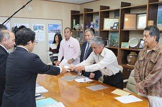 県へ要請書を手渡す石垣島に軍事基地をつくらせない市民連絡会の共同代表ら=8日午前、県庁