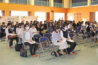 八重山地区学校給食研究協議大会で、講演に聞き入る参加者=8日午後、白保中体育館