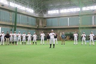 鈴木大地選手会長(中央)の一本締めで1軍キャンプを打ち上げる選手・スタッフら=11日午後、市中央運動公園屋内練習場