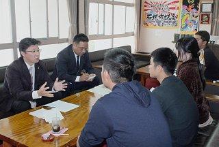 石垣市住民投票を求める会と面談する左から平良秀之議長、石垣達也氏。質問に答える=12日午後、議長室