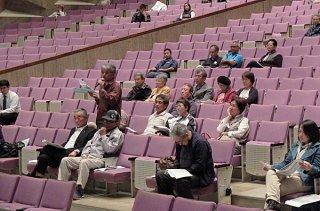 防衛省沖縄防衛局の住民説明会に出席する市民。疑問や不満をぶつけた=13日夜、市民会館大ホール