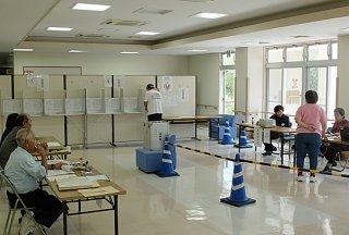 一足早く投票を済ませる投票資格者=15日午後、石垣市健康福祉センター
