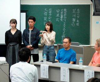 インターンシップ先の企業の課題、解決策を提示する学生ら=21日午前、大浜信泉記念館