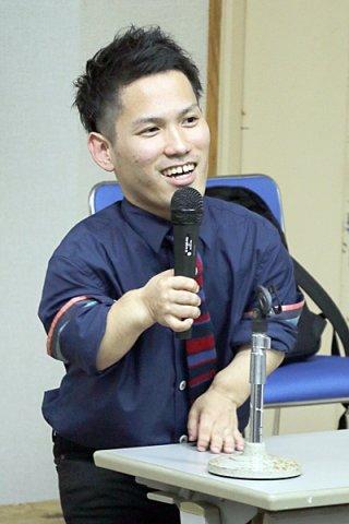 ハンディを持った者が自分らしく生きるためのメッセージを発信した高良翔大さん=22日夜、大浜信泉記念館多目的ホール