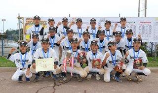 4年ぶり2回目の優勝を果たした石垣市選抜チーム=24日午後、うるま市の与那城多目的グラウンド