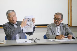 受賞作品の講評を行う波照間永吉選考委員長(左)と、南山舎の上江洲儀正代表=26日午後、大浜信泉記念館
