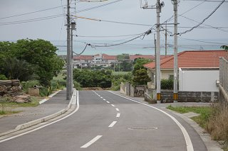 2月末で完了した市道真喜良14号線。まっすぐ行くと市道観音堂線まで通じる=6日午後
