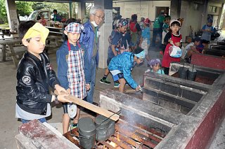お米を炊くためまきを燃やす児童たち=9日午後、県立石垣青少年の家