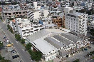 現庁舎(写真手前)の位置に石垣支所を建て替える予定。仮庁舎は現庁舎の近隣に整備する(2018年12月14日撮影)
