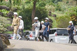 陸上自衛隊配備計画に伴う掘削工事の現場に向かう県の担当者ら。初めて現地調査を行った=14日午後、同ガーデン