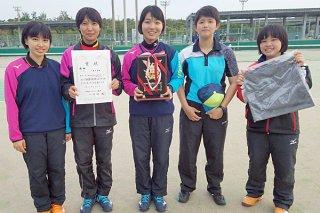 第9回美ら島総体記念高等学校ソフトテニス大会で優勝した八重山高校女子チーム=16日、県総合運動公園庭球場(同校提供)