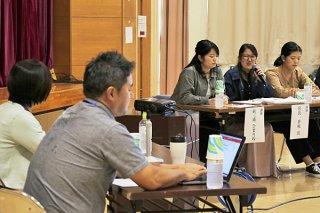 若者の気持ちについて討論する参加者ら=17日午後、市健康福祉センター