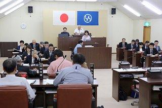3月定例竹富町議会の最終本会議で44議案が可決された=20日午後、議場