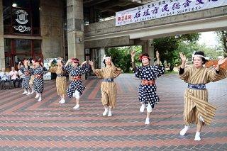 アトラクションで民踊愛好部会が「稲しり節」など2演目を披露して始まった市民総合文化祭=23日午後、市民会館玄関前広場