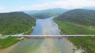12年計画で架け替えられる浦内橋。橋の上流側に仮設橋を設置する(映像工場提供)