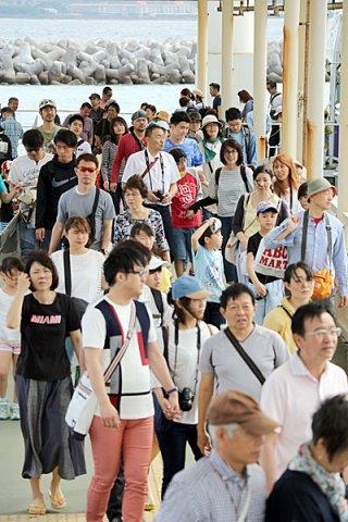 竹富島を訪れる観光客は年間約50万人に達する。町は入域料の徴収開始を7月ごろと見込んでいる=30日午前、竹富島のフェリー乗り場