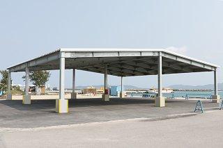 4月中に供用開始が予定されている屋根付き荷捌き施設=3月28日午前、竹富東港