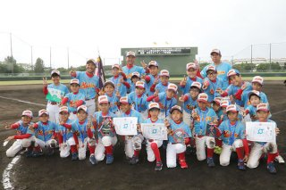第23回JTA旗先島地区学童軟式野球交流大会で2連覇を飾った真喜良サンウェーブ野球部=1日午前、市中央運動公園野球場